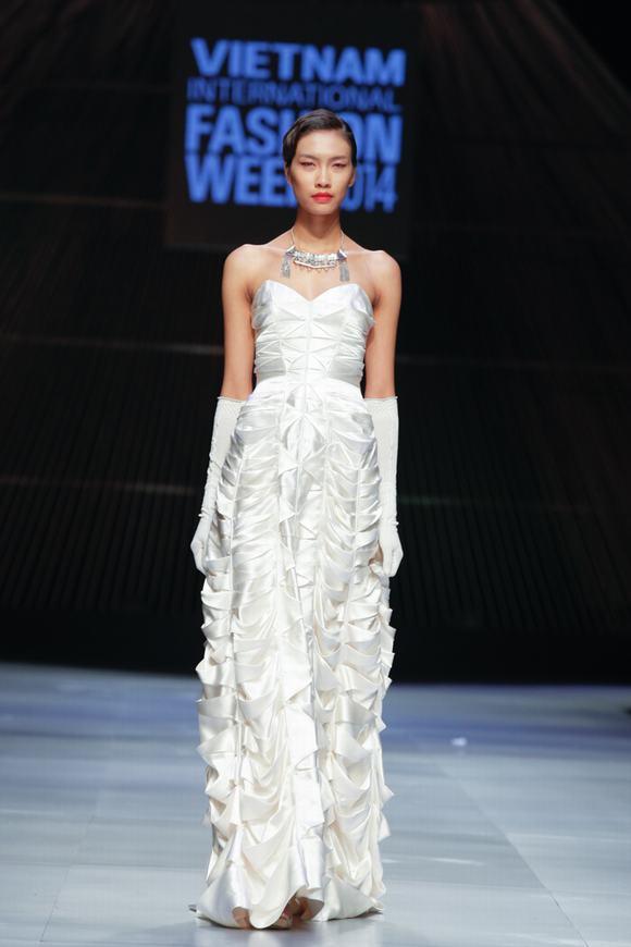 Sở hữu gương mặt góc cạnh và chiều cao 1,80m, Nguyễn Thị Oanh đã được NTK Nhật Bản - Somarta chọn làm vedette trong show diễn thuộc khuôn khổ Tuần lễ thời trang quốc tế Việt Nam vừa qua