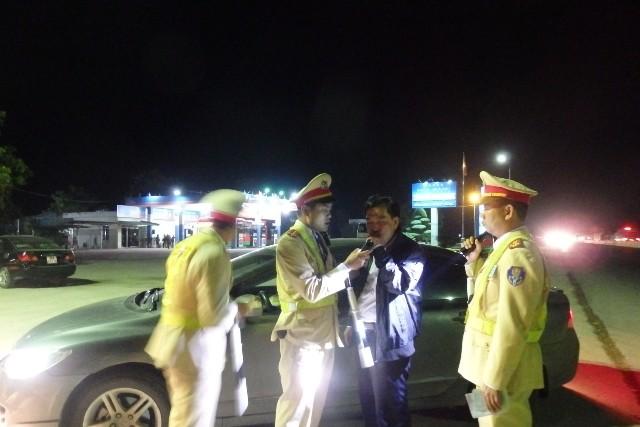 Lực lượng CSGT đường Quốc Lộ 1A ra quân xử người uống rượu bia khi lái xe