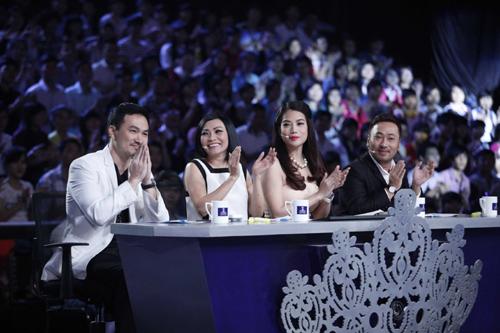 Đạo diễn Nguyễn Quang Dũng (phải) trong vai trò giám khảo của cuộc thi
