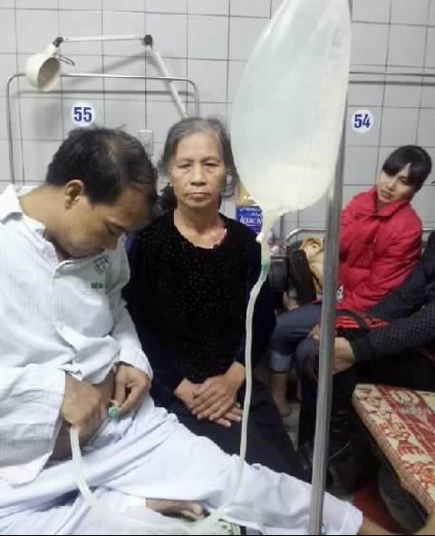 Người mẹ già gần 80 tuổi giờ đây trở thành trụ cột của 3 người con bệnh tật