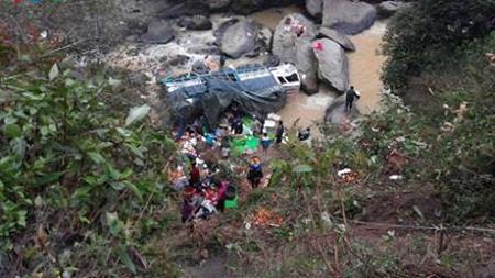 Xe tải bị rơi xuống vực do sương mù ở Sa Pa ngày 21/12.