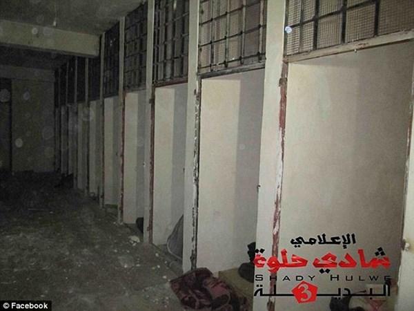 Phòng giam luôn chìm trong bóng tối