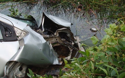 Xe chở 4 người lao xuống sông khiến cả gia đình bác sĩ tử nạn