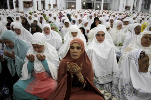 Những phụ nữ Hồi giáo ở Indonesian cầu nguyện hàng giờ để tưởng niệm 10 năm sóng thần tại nhà thờ Hồi giáo lớn Baiturrahman ở Banda Aceh, Indonesia, 25/12/2014. Ảnh: Xinhua