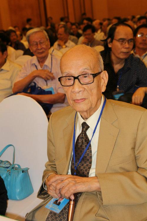 GS. Anh hùng lao động Vũ Khiêu, đại biểu cao tuổi nhất đại hội IX