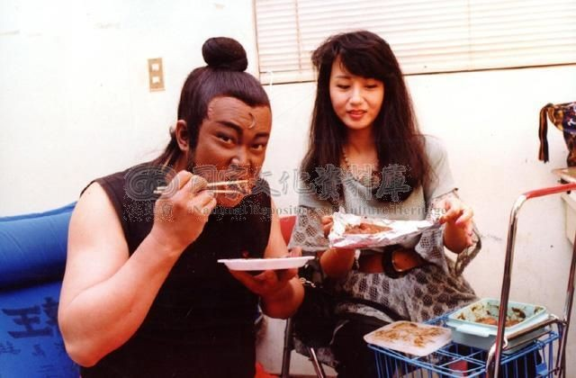 Kim Siêu Quần nổi tiếng đình đám nhờ vai diễn Bao Chửng trong loạt phim cùng tên. Sinh năm 1951, nghệ sĩ gạo cội này luôn kín tiếng về đời tư của mình. Bao Chửng trên phim không đề cập đến vợ con, giống hệt tính cách Kim Siêu Quần ngoài đời. Hiếm ai biết rằng, vợ Kim chính là nữ diễn viên đảm nhận vai Bàng Phi, con gái Thái sư Bàng Các trong phim - Trần Kỳ. Đóng phim cùng chồng, cô luôn chăm sóc từng ly từng tí.