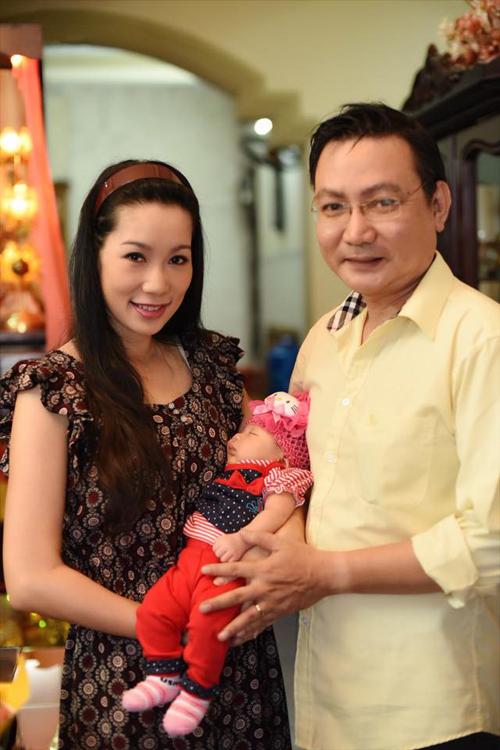 Tối 22/7, vợ chồng Trịnh Kim Chi làm buổi tiệc đầy tháng cho con gái thứ hai - bé Khánh Vy - ngay tại nhà.Bé Khánh Vy lúc mới sinh nặng 3,2kg. Bé xinh xắn, đáng yêu, giống cả bố lẫn mẹ.