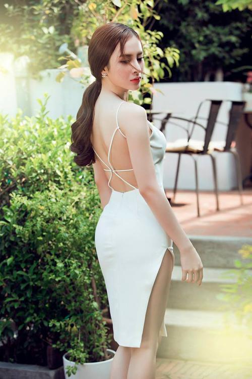 Thiết kế váy dây đan khoe khoảng hở ý nhị được người đẹp Angela Phương Trinh chọn lựa để xây dựng hình ảnh gợi cảm và bắt kịp xu hướng thời trang xuân hè 2015.