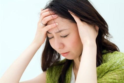Bệnh đau nửa đầu gây ra bởi nhiều nguyên nhân như mệt mỏi, stress, căng thẳng, thay đổi nồng độ hoóc môn, ăn uống không đầy đủ, thất thường...