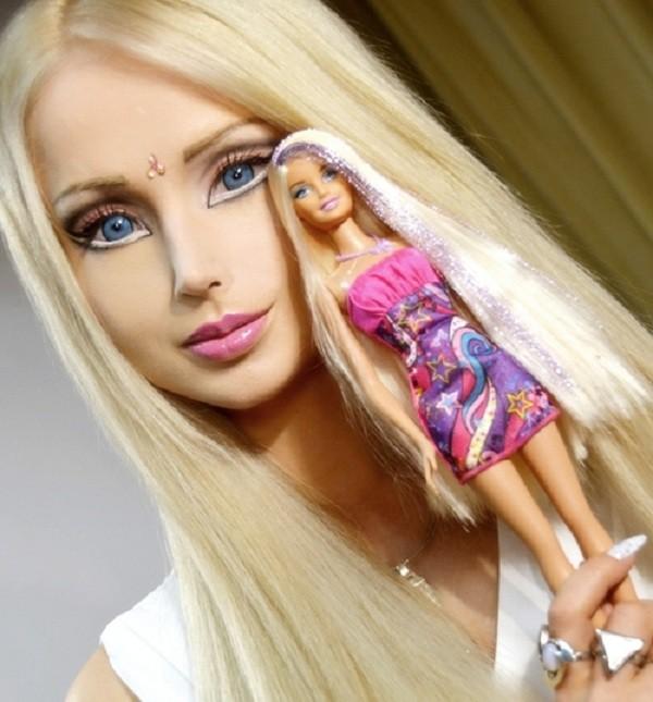 Vẻ đẹp ngỡ ngàng của gia đình giống hệt búp bê barbie