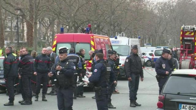 Cảnh sát Pháp truy lùng ba nghi phạm tấn công tòa soạn tuần báo Charlie Hebdo. Ảnh: Getty Images