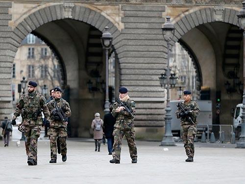 Binh sĩ Pháp tuần tra ở Paris ngày 8-1 trong chiến dịch truy nã các nghi phạm Ảnh: REUTERS