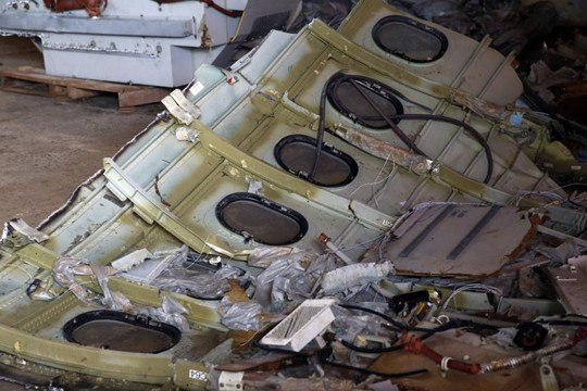 Một mảnh thân máy bay được trục vớt lên tàu. Ảnh: Reuters
