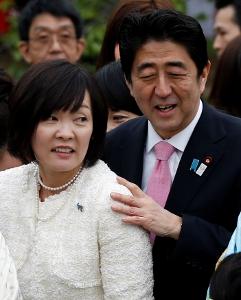 Cái chạm vai phu nhân của Thủ tướng Nhật khiến công chúng rất thích thú về tình cảm cả hai dành cho nhau. Ảnh: themalaysianinsider