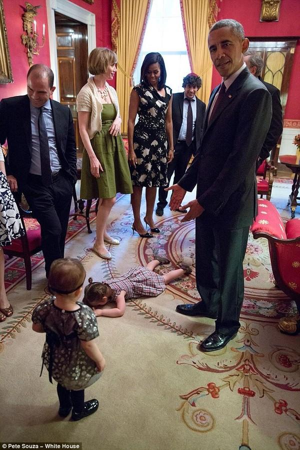 Từ bức ảnh có thể thấy, cô bé Claudia Moser đã vô cùng hồn nhiên khi thoải mái bày tỏ cảm xúc giận dỗi của mình bằng cách nằm úp mặt xuống thảm, trước mặt ông Obama và các quan khách. Trước tình huống bất ngờ này, ông chủ Nhà Trắng cũng tỏ ra đầy bối rối và thậm chí còn phải bó tay không biết xử lý ra sao. Cũng có mặt trong ảnh, Đệ nhất phu nhân Michelle Obama cũng khá lúng túng.