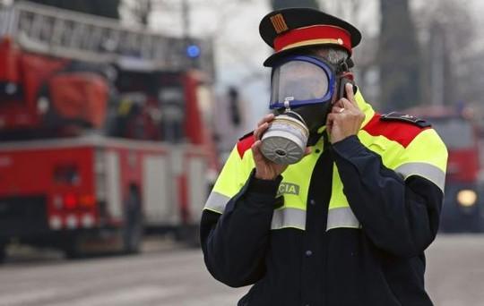 Cảnh sát đeo mặt nạ phòng hộ tiếp cận hiện trường vụ nổ. Ảnh: Reuters
