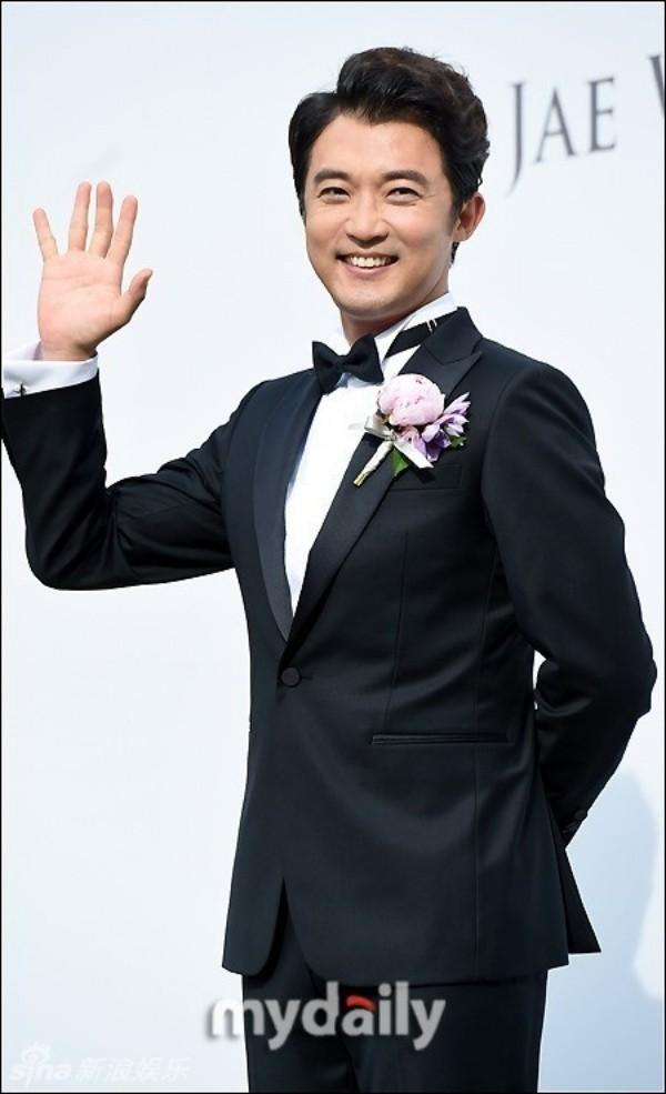 Trưa 1/6, một mình Ahn Jae Wook xuất hiện trong buổi họp báo trước đám cưới. Vợ anh - Choi Hyun Joo không có mặt bên chồng.