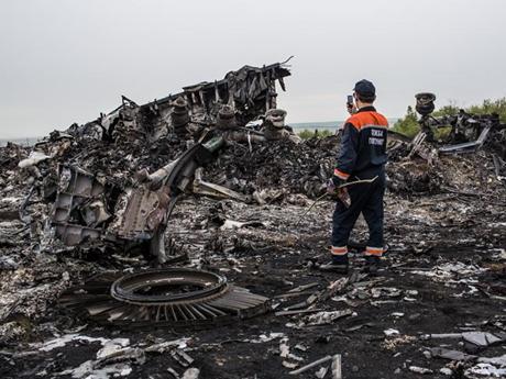 Hiện trường chiếc máy bay MH17 bị bắn rơi ở miền đông Ukraine. (Ảnh: