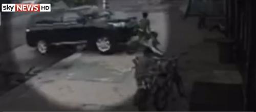 Thót tim trước hình ảnh bé trai 12 tuổi bị ô tô đâm thẳng vào người vẫn sống sót 1