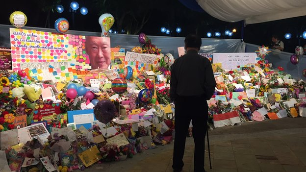 Retiree Lawrence Hee, 68, looks at tributes to Mr Lee at Singapore General Hospital