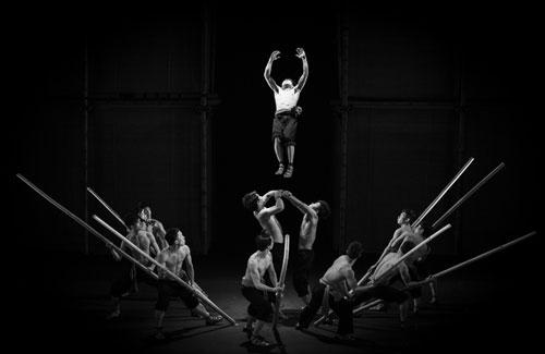Nghệ thuật xiếc kết hợp với hiệu ứng ánh sáng, âm nhạc và thể loại kịch không lời tạo nên nét duyên riêng cho À Ố.