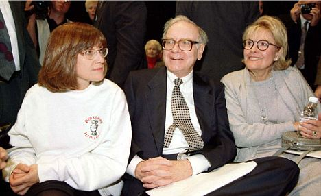 One big, happy family: (L-R) Buffetts daughter Susie sits beside her dad and mom Susan at a business function in 1997