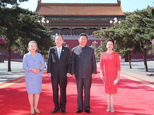 Đệ nhất phu nhân Bành Lệ Viên và Chủ tịch Tập Cận Bình chụp ảnh cùng vợ chồng Tổng thư ký Liên Hợp Quốc Ban Ki-moon ở Bắc Kinh hôm nay. Ảnh: Xinhua