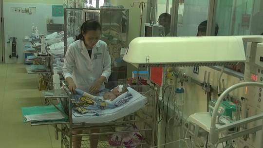 Bé sơ sinh bị dao đâm thấu sọ đang phục hồi rất tốt. Ảnh: Tấn Nguyên