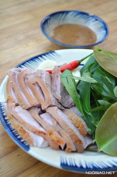 Bắp bê hấp thịt chín mềm, ngọt chấm kèm nước tương bần ngon tuyệt.