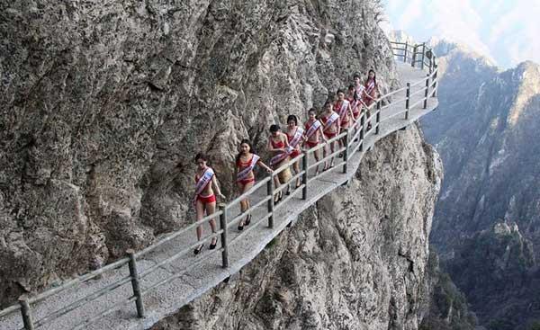 Mỹ nhân diện bikini tạo dáng trên vách núi cao 2000m