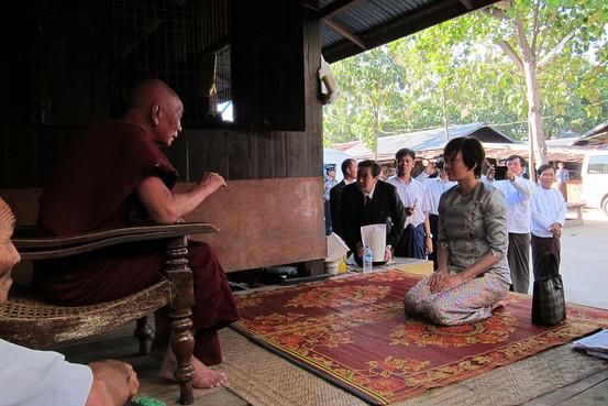 Đệ nhất phu nhân Nhật Bản Akie Abe quỳ ở phía trước của một linh mục cao cấp tại một ngôi chùa Phật giáo ở Naypyitaw, Myanmar, vào ngày 12 tháng 11, 2014.