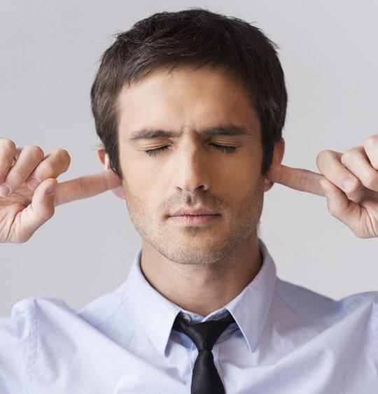 Tránh đưa tay vào lỗ tai