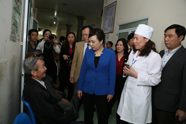 Bộ trưởng hỏi thăm các bệnh nhân đến bệnh viện khám bệnh