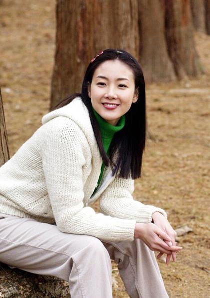 Sở hữu gương mặt đẹp, trong sáng, Choi Ji Woo được chú ý ngay từ những năm đầu mới vào nghề. Năm, người đẹp để lại dấu ấn với phim Mối tình đầu. Năm 2002, cô nỏi tiếng ở nhiều nước châu Á với Bản tình ca mùa đông.