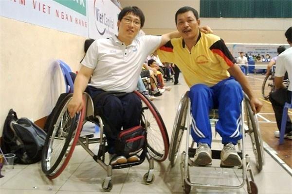Ông Nhuận (phải) cùng đồng đội trong một lần thi đấu Para Games.