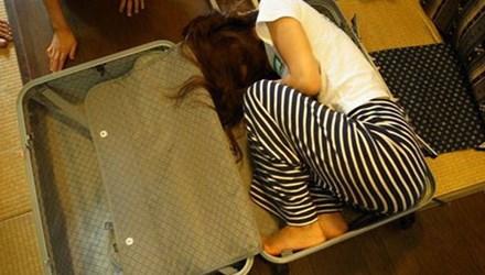 Sau khi cãi vã với bạn gái ở khách sạn, Wang trói cô lại và nhốt vào vali. Ảnh minh họa: CCTV News.