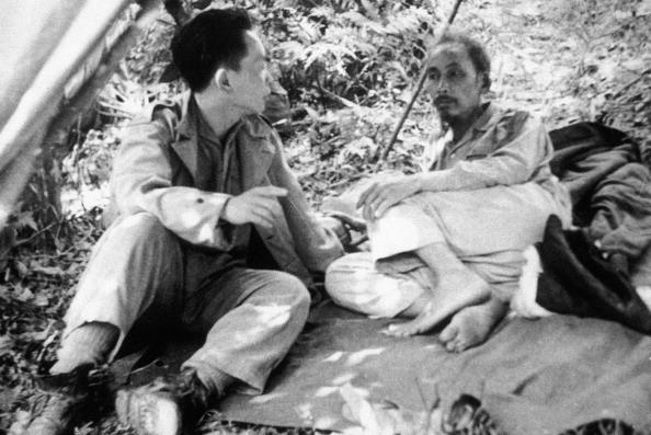 Chủ tịch Hồ Chí Minh và Đại tướng Võ Nguyên Giáp tạm nghỉ trên đường tới Chiến dịch Biên giới 1950.