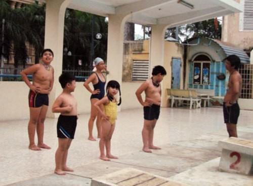 Nên tập các động tác khởi động toàn thân trước khi bơi để phòng tránh chuột rút.
