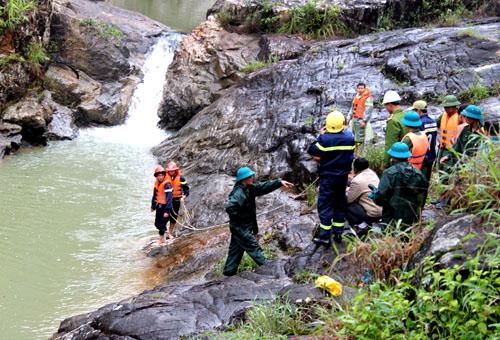 Lực lượng cứu hộ nối dây xuống thác để đưa 3 thi thể nạn nhân lên. Ảnh: Quốc Dũng.