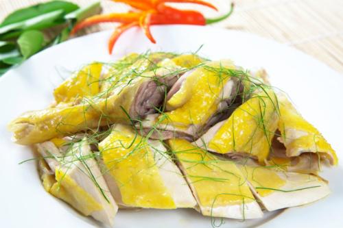 Món gà chỉ đẹp mắt và ngon miệng khi da vàng óng, giòn và không bị nứt, thịt chín vừa tới và ngọt mềm.