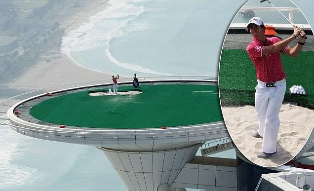 1. Sân golf ở lưng chừng trời: Nằm trên nóc khách sạn Burj al Arab ở độ cao 300 m, đây là sân golf cao nhất thế giới.