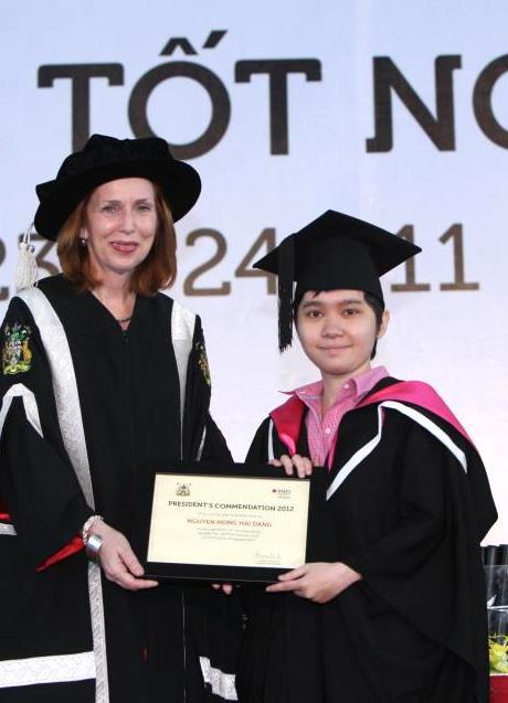 Hải Đăng (phải)tốt nghiệp bằng Giỏi ngành Truyền thông tại ĐH Quốc tế RMIT.