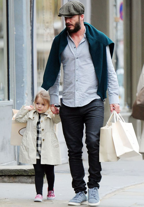 Mẹ Vic bận đi công tác ở châu Á, Becks vui vẻ đưa công chúa cưng đi mua sắm.