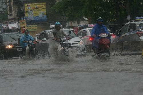 Nhiều tuyến phố ở thủ đô rơi vào tình trạng ngập nhẹ sau trận mưa kéo dài. Ảnh: Nguyễn Hoa.