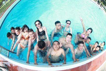 Không áo dài trắng xúng xính điệu đà  hay diện đồng phục lớp, các teen lớp 12D1  (PTTH Hoàng Diệu, Hà Nội) mặc đồ bơi