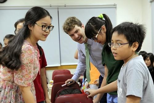 Phương Dung (trái) làm trợ giảng khi còn là sinh viên năm thứ nhất.