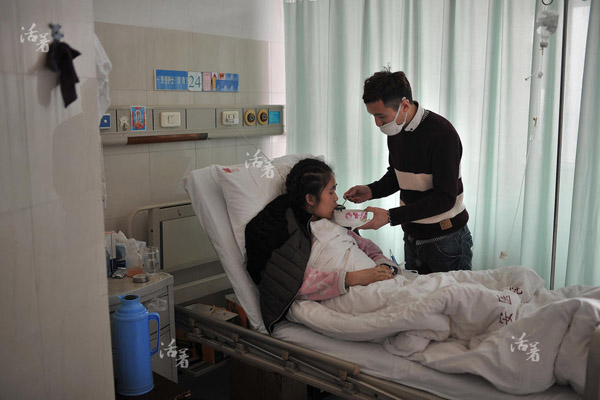 To take care of his girlfriend who suffers from severe aplastic anemia, a blood disorder, 24-year-old Pan Pengfei has stayed with her in the hospital for more than 50 days. Without Pans insistence and perseverance, Lius parents would have already quit the treatment. Pan Pengfei feeds Liu Yongmei porridge. Because of the low level of platelet, Liu almost has no strength to chew anything hard.