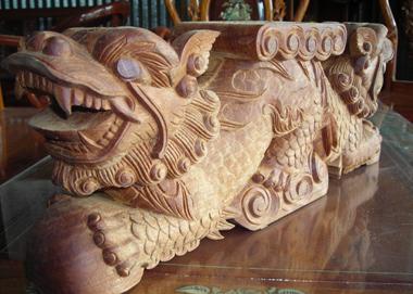 Trong khi đó, vua Hy Tông chỉ biết suốt ngày chơi bời, không ham chính sự. Đặc biệt, ngay từ nhỏ, vua đã có thích thú với việc chạm khắc gỗ, nên mặc dù ở ngôi, Minh Hy Tông suốt ngày chỉ biết khắc chạm, vẽ lên gỗ, nghệ thuật điêu khắc gỗ của vua rất khéo và tinh xảo. Vị hoàng đế này đã xây dựng mô hình mẫu Cung Càn Thanh.(Ảnh minh họa)
