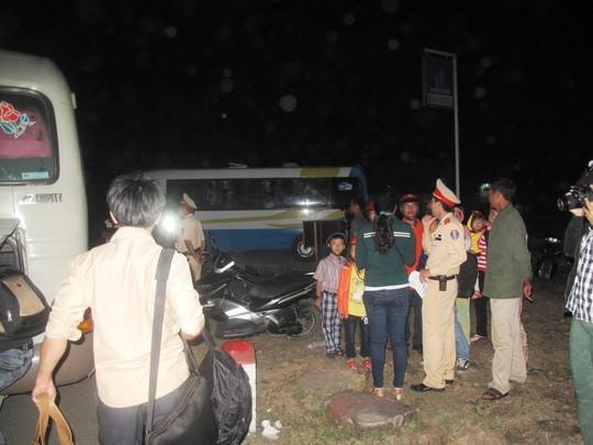 Né người nghi tự tử, xe khách tông nhau, 8 người thương vong 1
