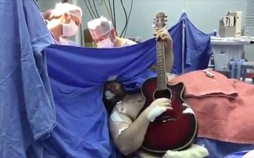 Nguoi dan ong vua phau thuat nao vua danh dan guitar